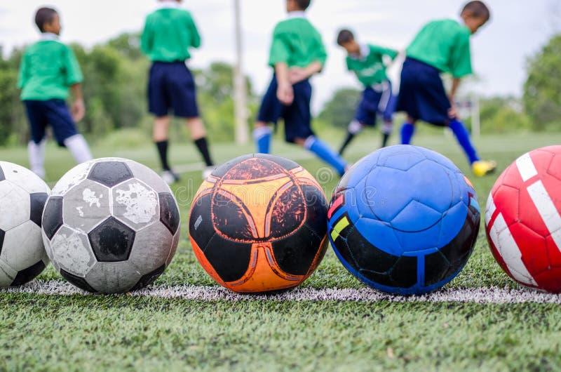 Crianças no treinamento da prática do futebol imagens de stock