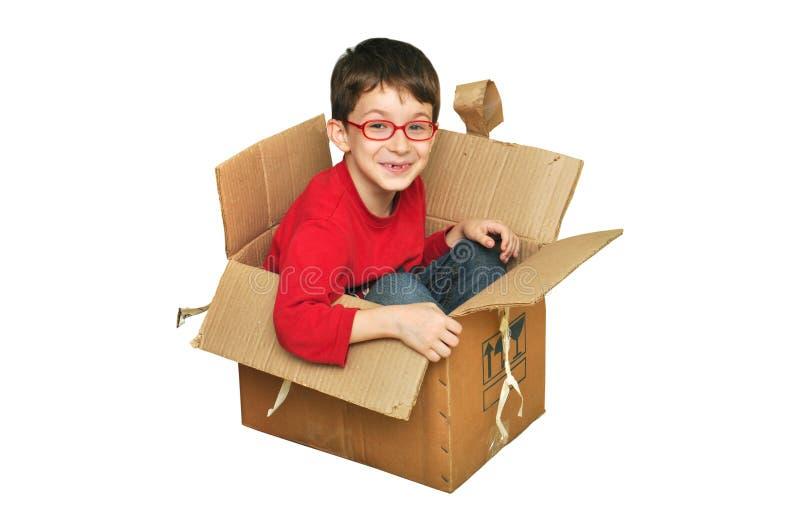 Crianças novas felizes na caixa imagem de stock royalty free