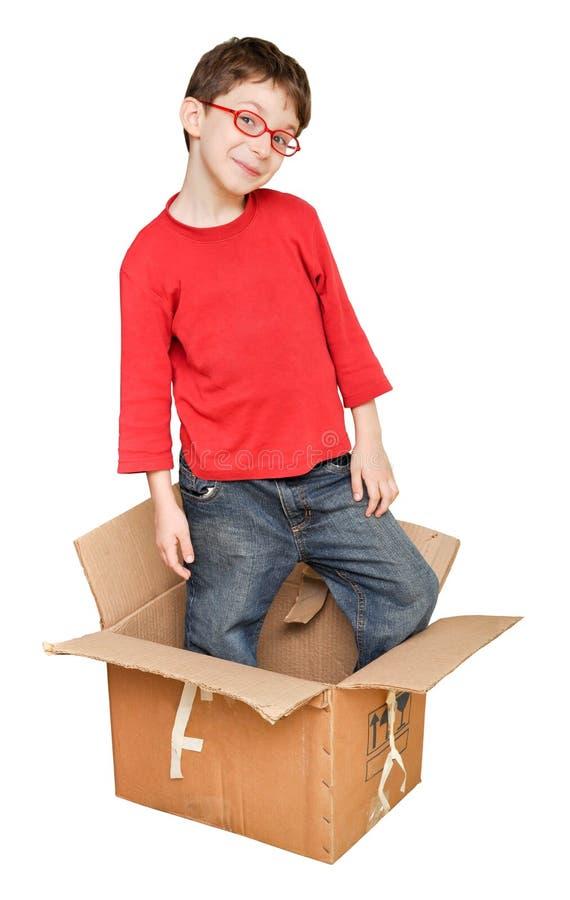 Crianças novas felizes na caixa foto de stock