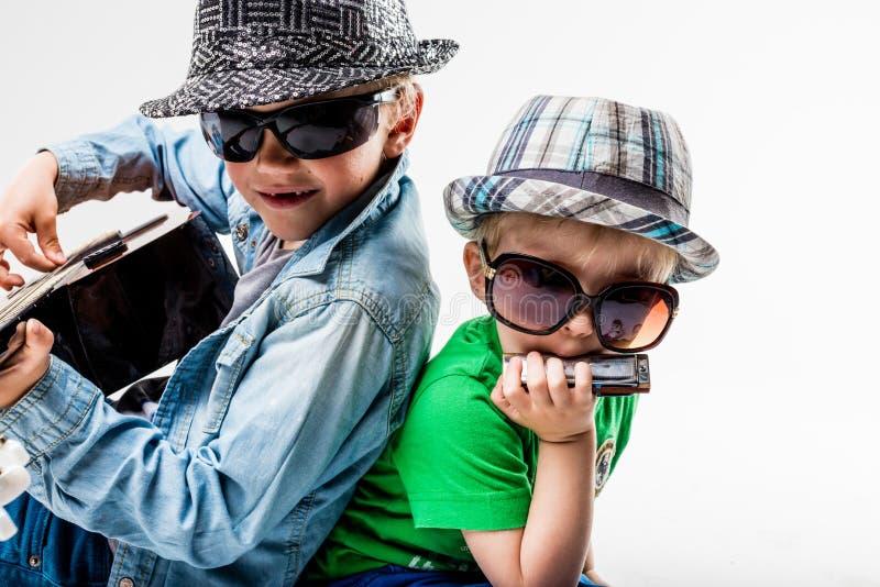 Crianças novas no bloco que joga a rocha alta fotografia de stock royalty free