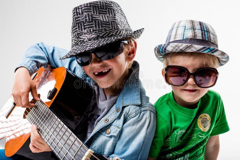 Crianças novas no bloco que joga a rocha alta fotos de stock royalty free
