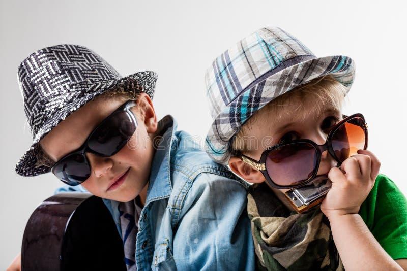 Crianças novas no bloco que joga a rocha alta foto de stock