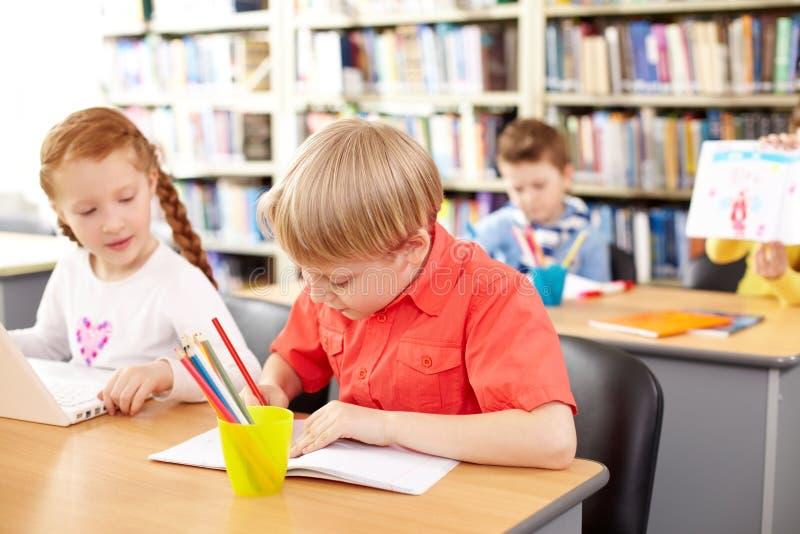 Crianças ocupadas da escola foto de stock royalty free