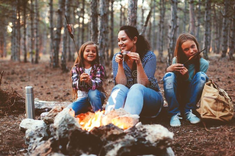Crianças pelo fogo na floresta do outono foto de stock royalty free