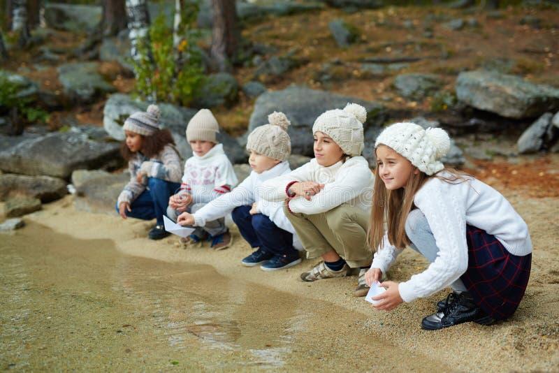 Crianças pelo lago fotos de stock royalty free