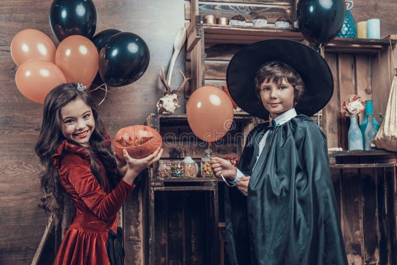 Crianças pequenas adoráveis em trajes de Dia das Bruxas imagens de stock