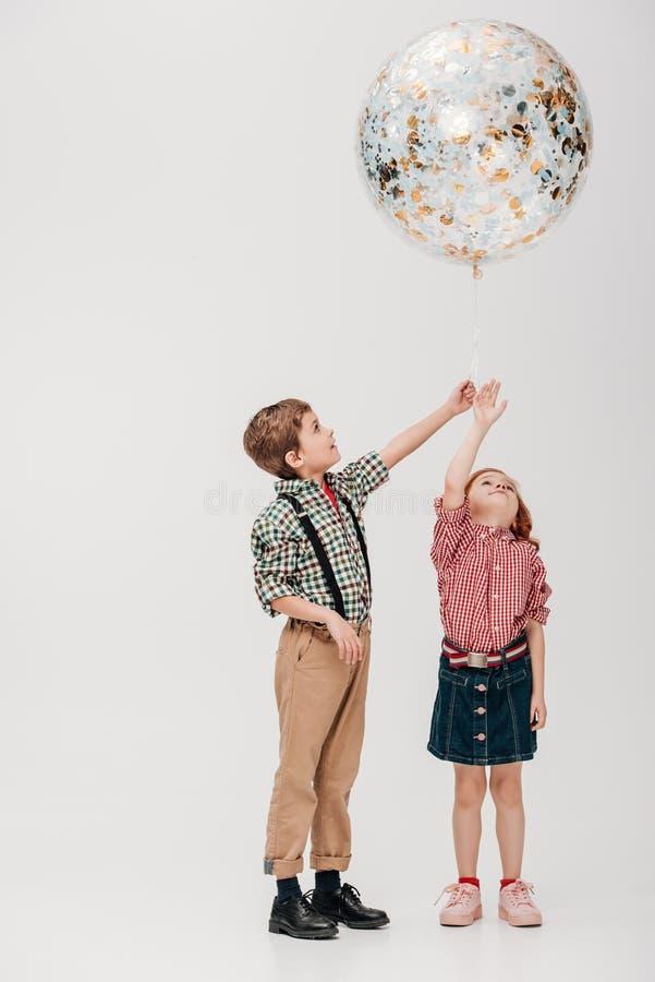 crianças pequenas adoráveis que guardam o balão brilhante fotografia de stock royalty free