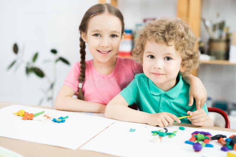 Crianças pequenas bonitos na classe do ofício fotos de stock royalty free