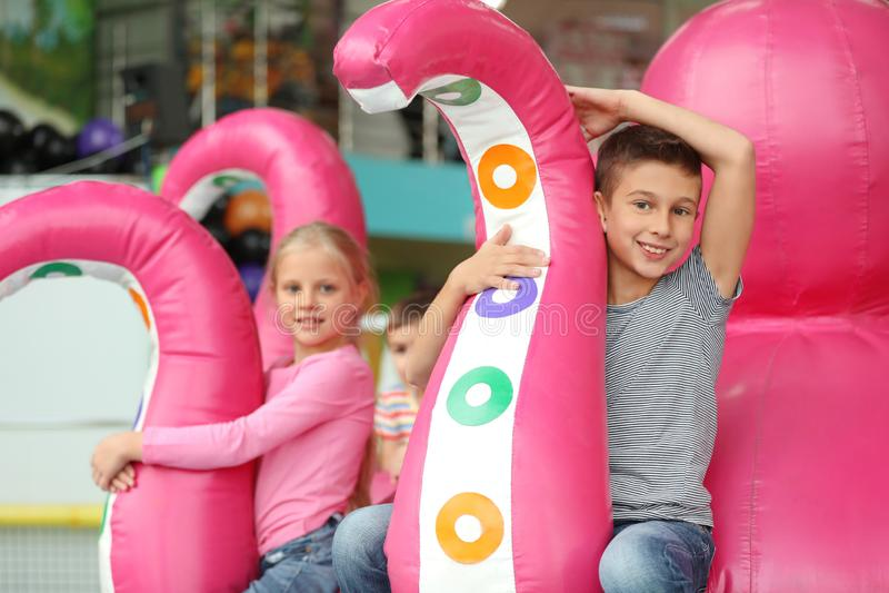 Crianças pequenas bonitos que jogam em interno fotos de stock royalty free
