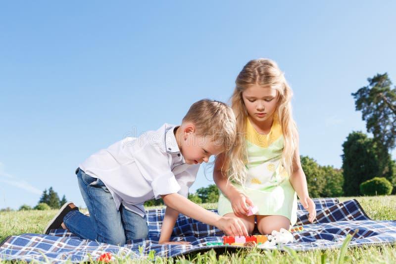 Crianças pequenas bonitos que sentam-se na cobertura imagens de stock