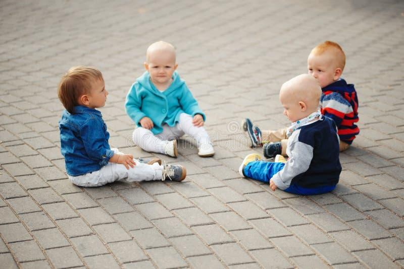 Crianças pequenas bonitos que sentam-se no círculo fotografia de stock