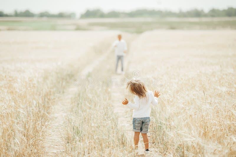 Crianças pequenas bonitos que têm o divertimento fora imagem de stock