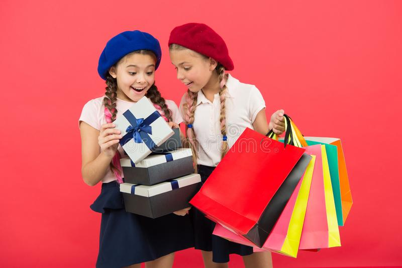 Crianças pequenas da menina com sacos de compras Amizade e irmandade Aniversário e presentes de Natal internacional foto de stock