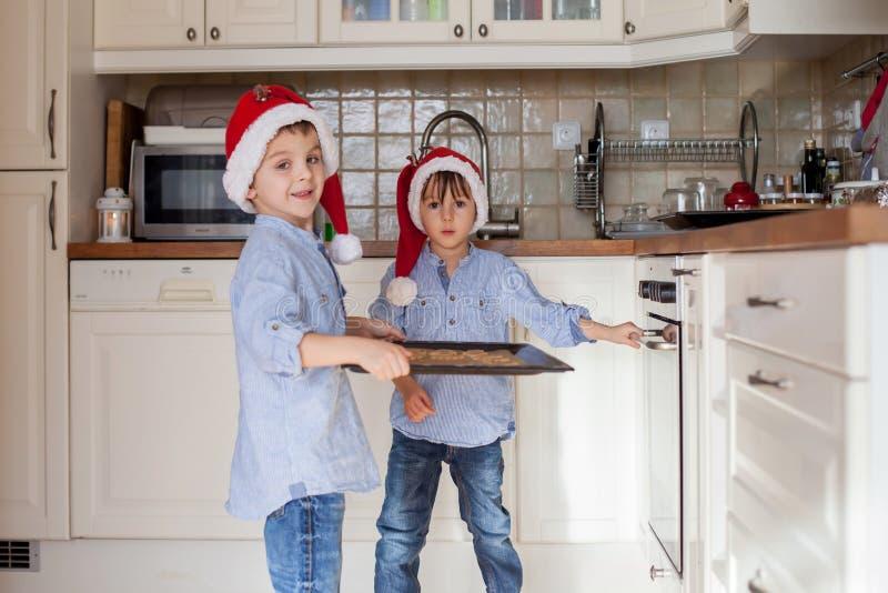 Crianças pequenas doces, irmãos do menino, preparando o cozinheiro do pão do gengibre fotografia de stock royalty free