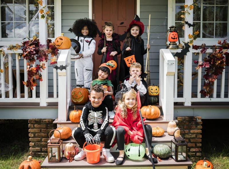 Crianças pequenas em trajes de Dia das Bruxas foto de stock