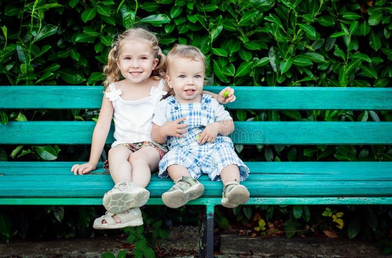 Crianças pequenas engraçadas irmão e irmã imagem de stock
