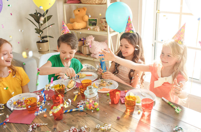 Crianças pequenas que comemoram o aniversário junto em casa imagens de stock