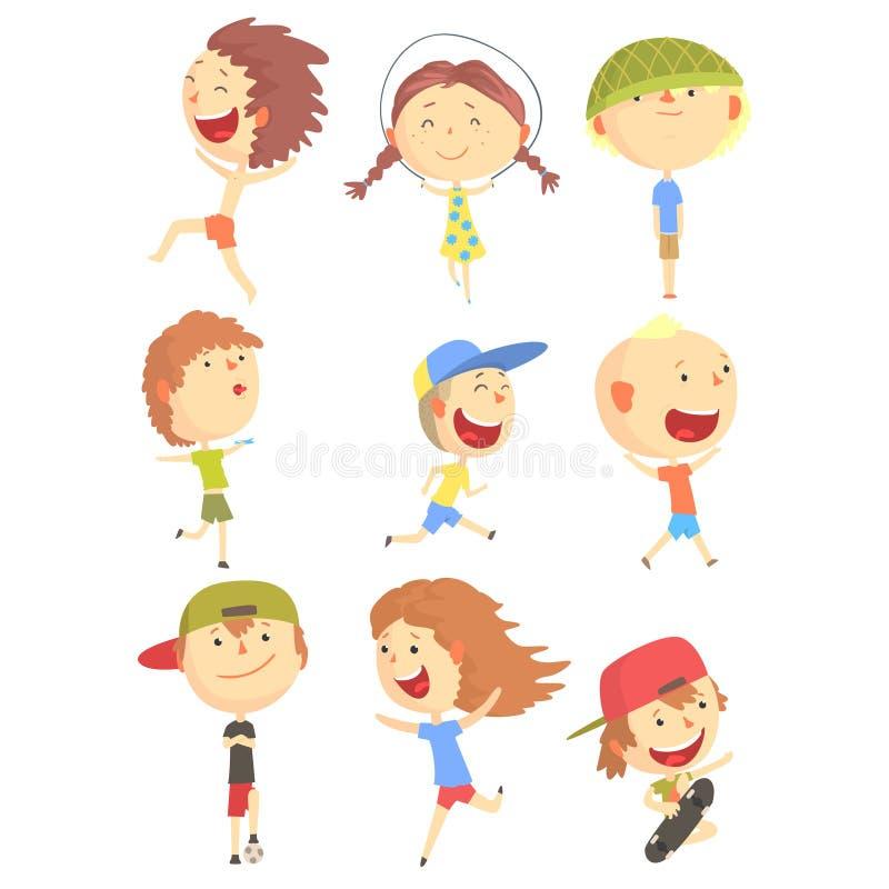 Crianças pequenas que jogam e que correm, tendo o divertimento na série das férias de verão fora de personagens de banda desenhad ilustração royalty free