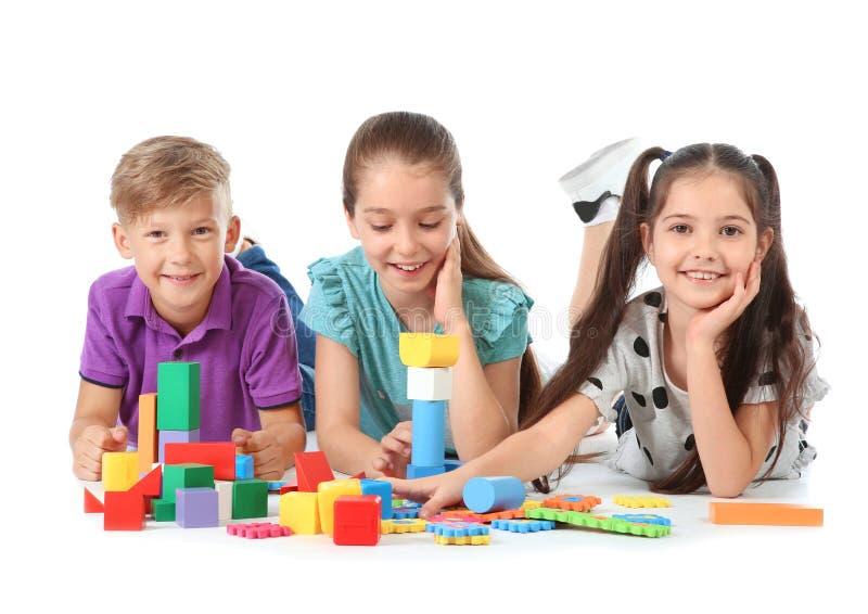 Crianças pequenas que jogam junto fotos de stock