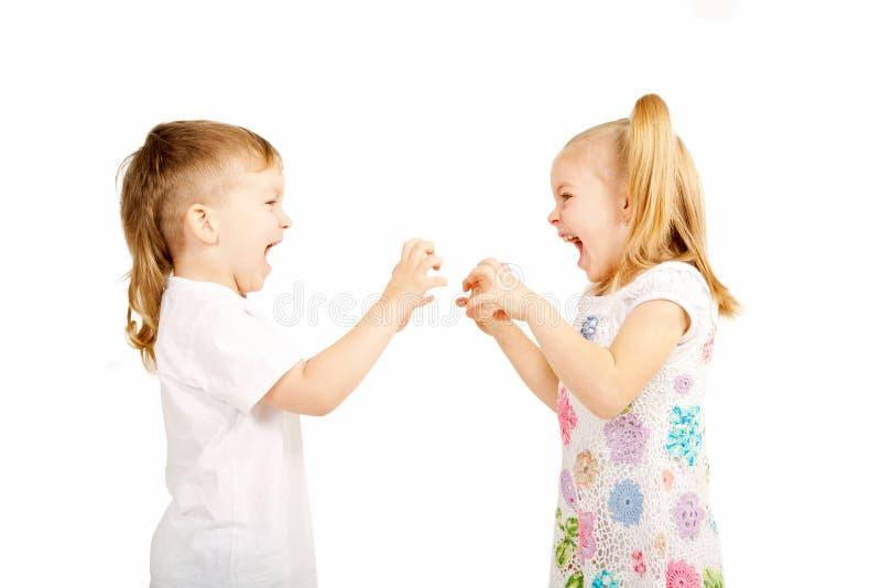 Crianças pequenas que lutam e que discutem. foto de stock