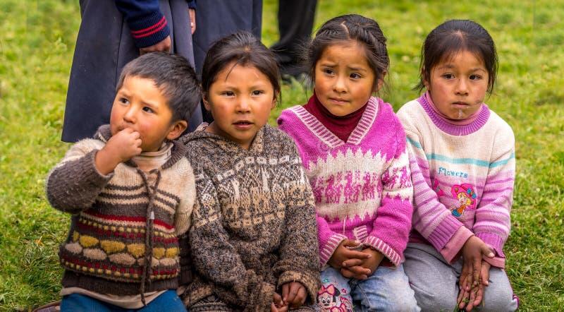Crianças peruanas em uma escola local imagens de stock royalty free