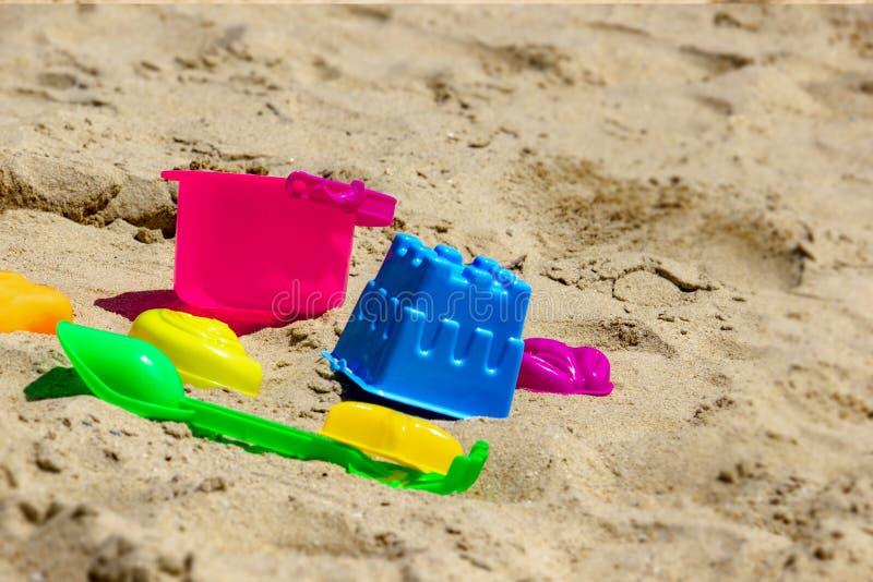 Crianças plásticas coloridas do brinquedo na praia fotografia de stock