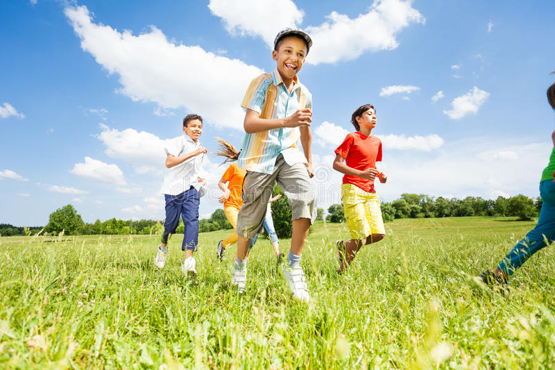 Crianças positivas que jogam e que correm fora imagens de stock royalty free