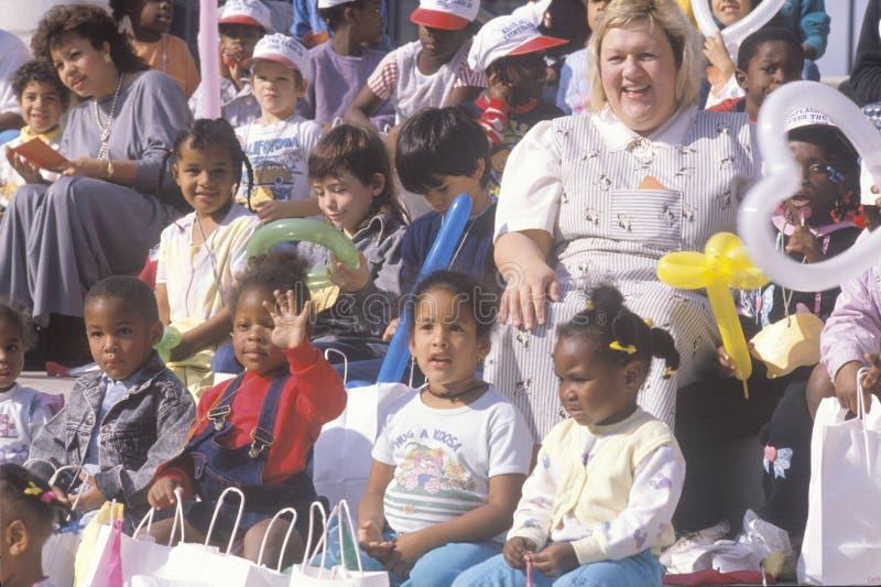 Crianças prées-escolar e seus professores imagens de stock royalty free