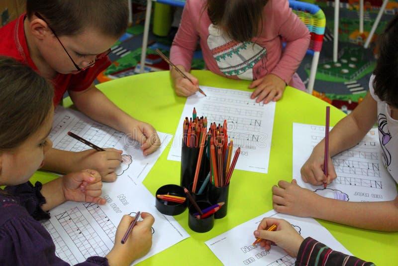 Crianças prées-escolar nas atividades fotografia de stock royalty free