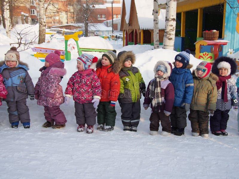 Crianças prées-escolar que andam no inverno, Rússia fotos de stock