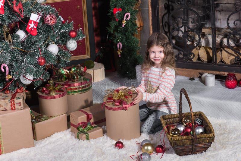 Crianças que abrem presentes imagens de stock