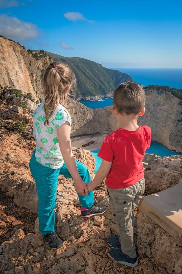 Crianças que admiram a angra impressionante do naufrágio imagens de stock royalty free