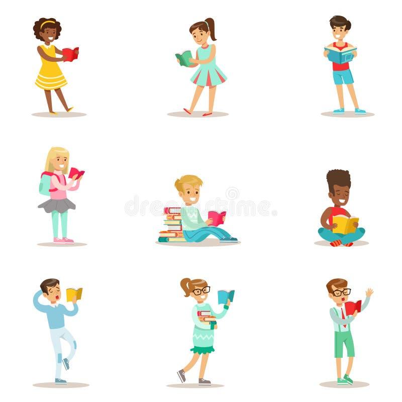 Crianças que amam ler o grupo de ilustrações com as crianças que apreciam livros de leitura em casa e na biblioteca ilustração stock