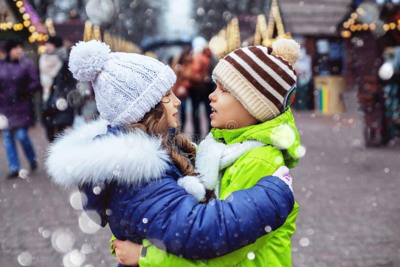 Crianças que andam em torno da cidade e do abraço O conceito do estilo de vida, amor, o dia de Valentim imagens de stock