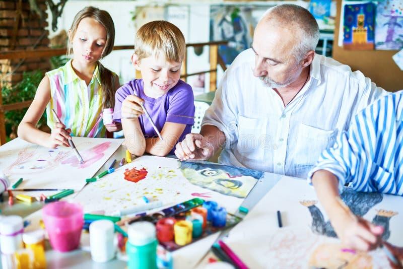 Crianças que apreciam Art Class fotografia de stock royalty free