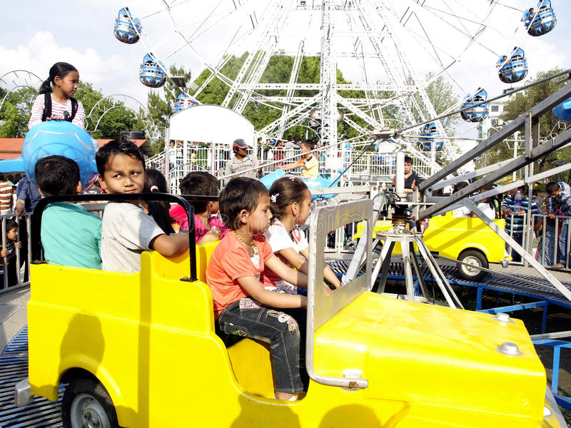 Crianças que apreciam a equitação do carro foto de stock royalty free