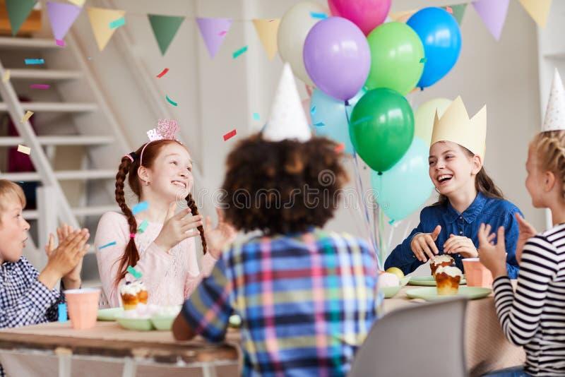 Crianças que apreciam o jantar do aniversário imagem de stock