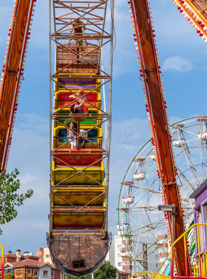 Crianças que apreciam o passeio do navio de pirata no parque de diversões imagens de stock royalty free