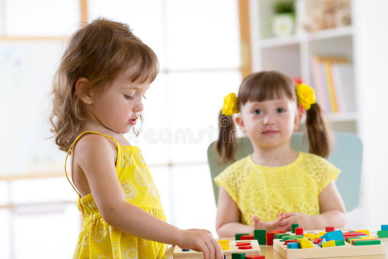 Crianças que aprendem classificar formas no centro do jardim de infância ou de guarda fotos de stock royalty free