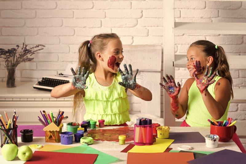 Crianças que aprendem e que jogam fotografia de stock royalty free