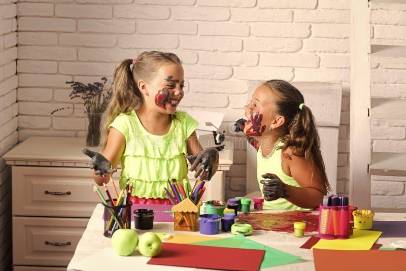 Crianças que aprendem e que jogam foto de stock