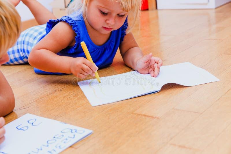 Crianças que aprendem tirar e escrever imagens de stock royalty free