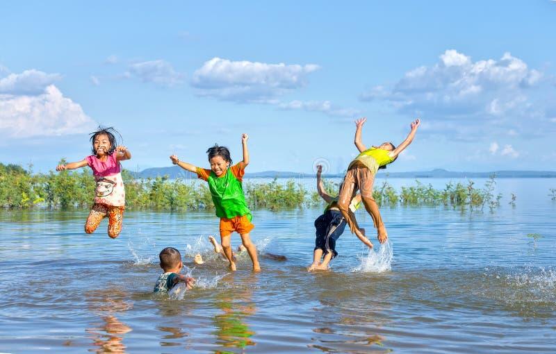 Crianças que banham-se em um grande lago foto de stock