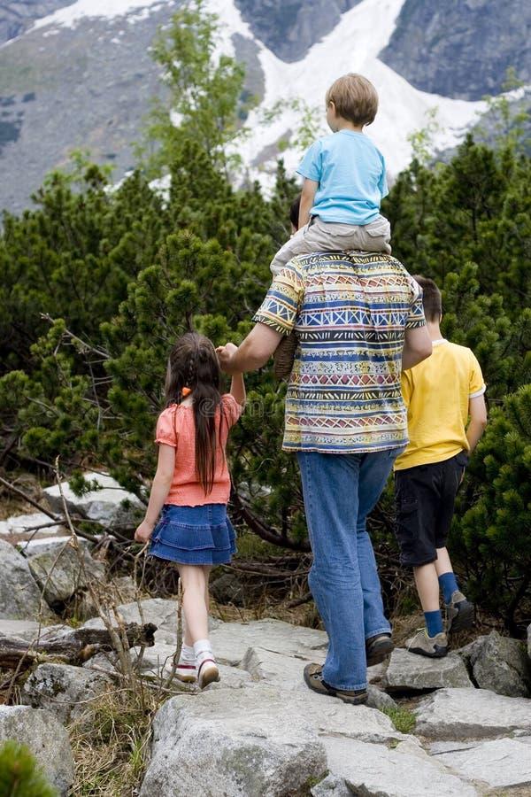 Crianças que caminham com paizinho - 2 fotografia de stock