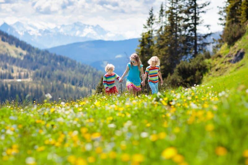 Crianças que caminham em montanhas dos cumes Caçoa exterior imagens de stock royalty free
