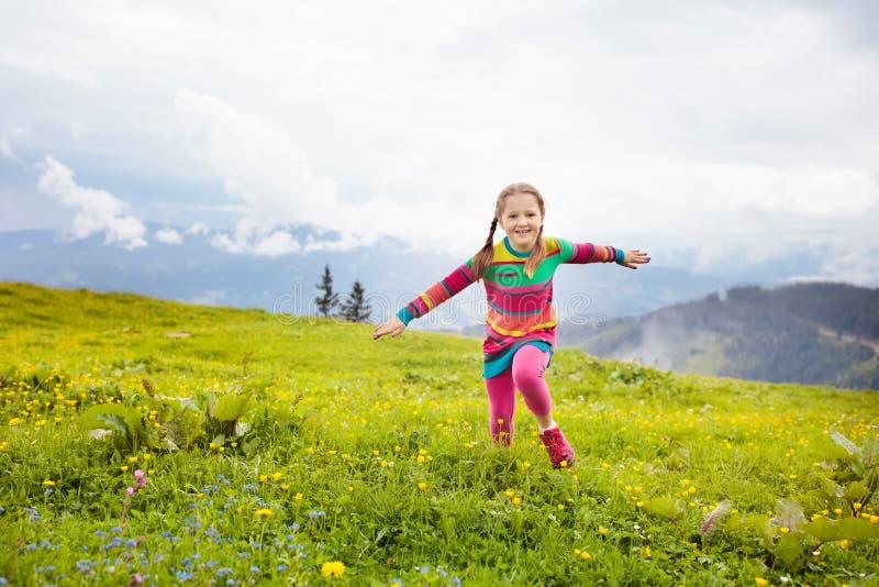Crianças que caminham em montanhas dos cumes Caçoa exterior imagens de stock