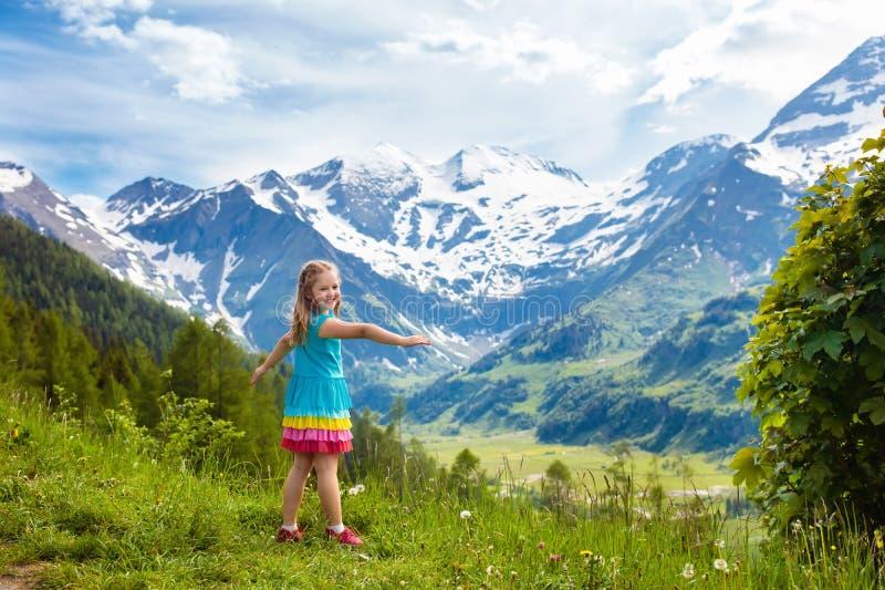 Crianças que caminham em montanhas dos cumes Caçoa exterior fotos de stock royalty free