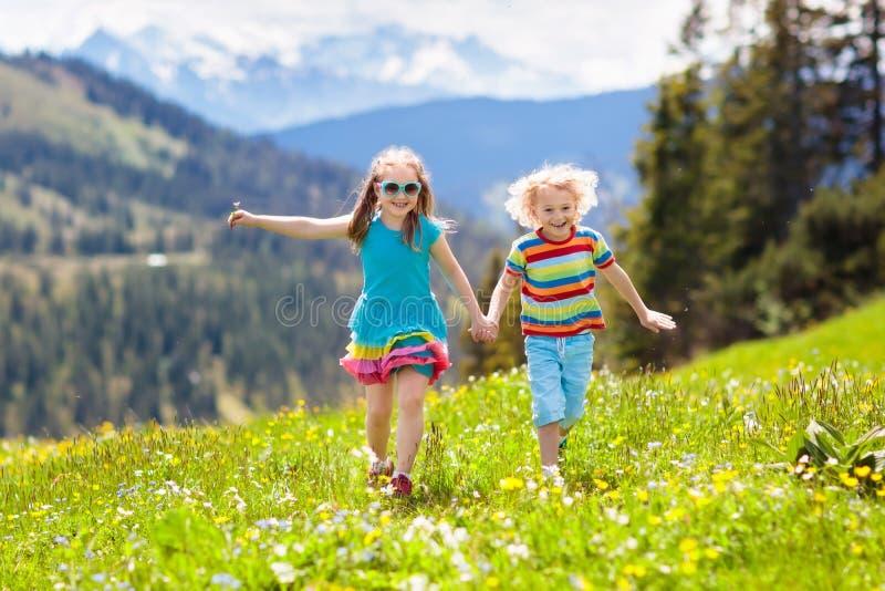 Crianças que caminham em montanhas dos cumes Caçoa exterior fotografia de stock