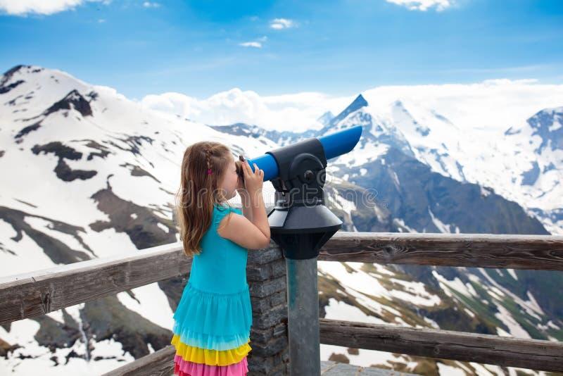 Crianças que caminham nas montanhas Miúdo com binóculos imagem de stock royalty free