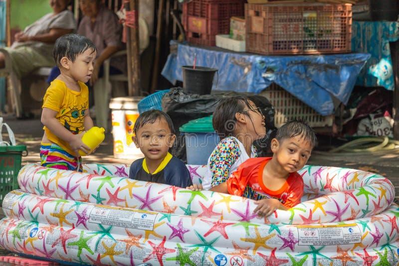 Crianças que celeberating o festival Banguecoque Tailândia de Songkran fotos de stock royalty free